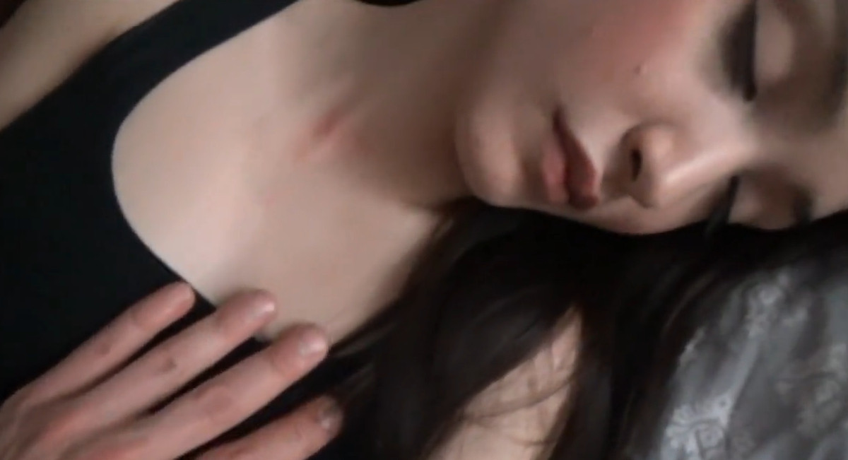 Трахает спящую девушку в колготках