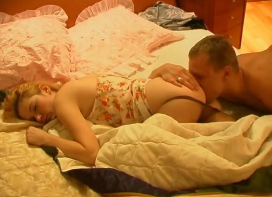 У спящей жены лижет попу, женщиной отключке